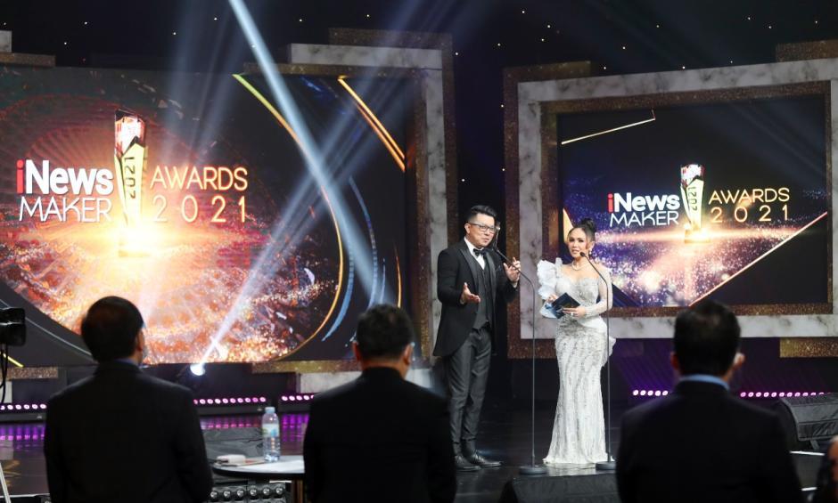 Menteri BUMN Erick Thohir Terima Penghargaan iNews Maker Awards 2021-5