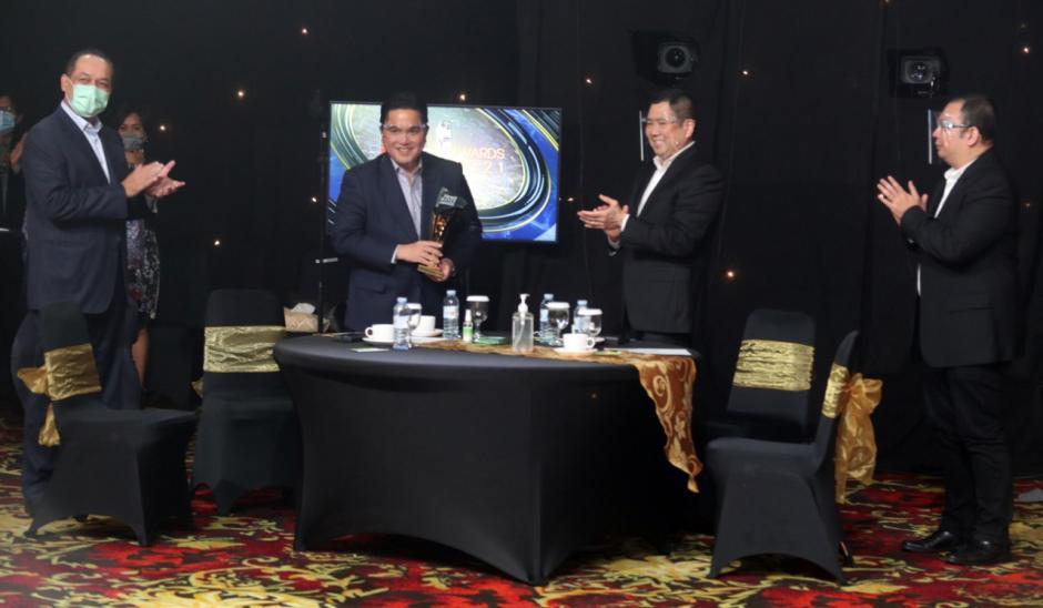 Menteri BUMN Erick Thohir Terima Penghargaan iNews Maker Awards 2021-6