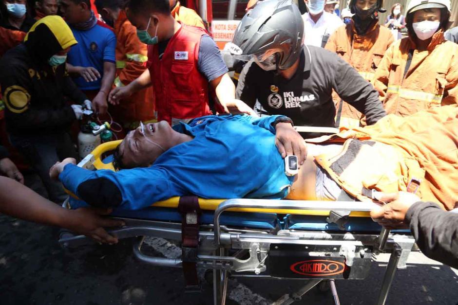 Bertaruh Nyawa, Petugas Damkar Terkapar Usai Evakuasi 3 Penghuni Ruko-6