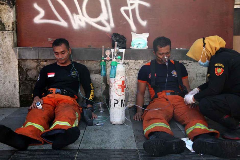 Bertaruh Nyawa, Petugas Damkar Terkapar Usai Evakuasi 3 Penghuni Ruko-8