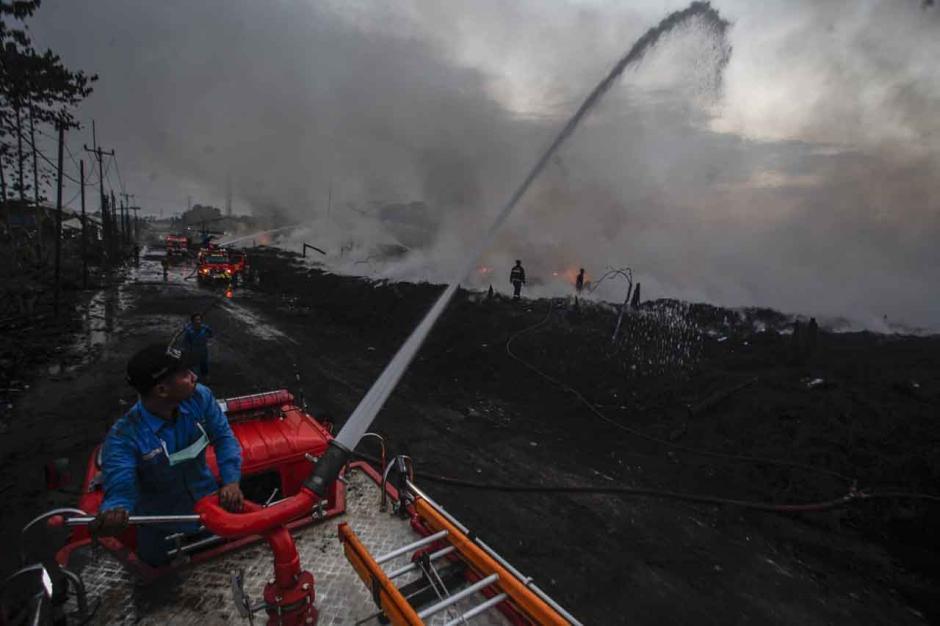 Masuk Hari Keempat, Api di Lokasi Kebakaran Lapak Ban Bekas Belum Juga Padam-2