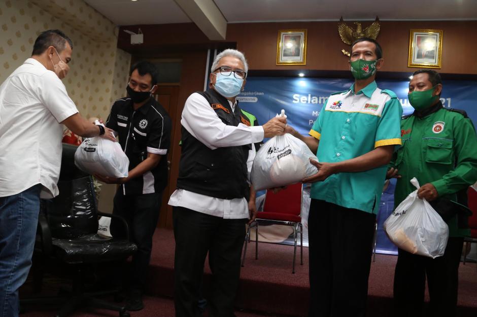 Peringati May Day, BPJamsostek Kanwil Jatim Serahkan Manfaat dan 2.600 Paket Sembako Untuk Peserta-2