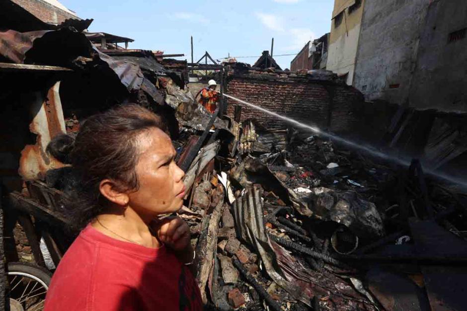 Dilalap Api, Belasan Rumah Petak Surabaya Hangus-1