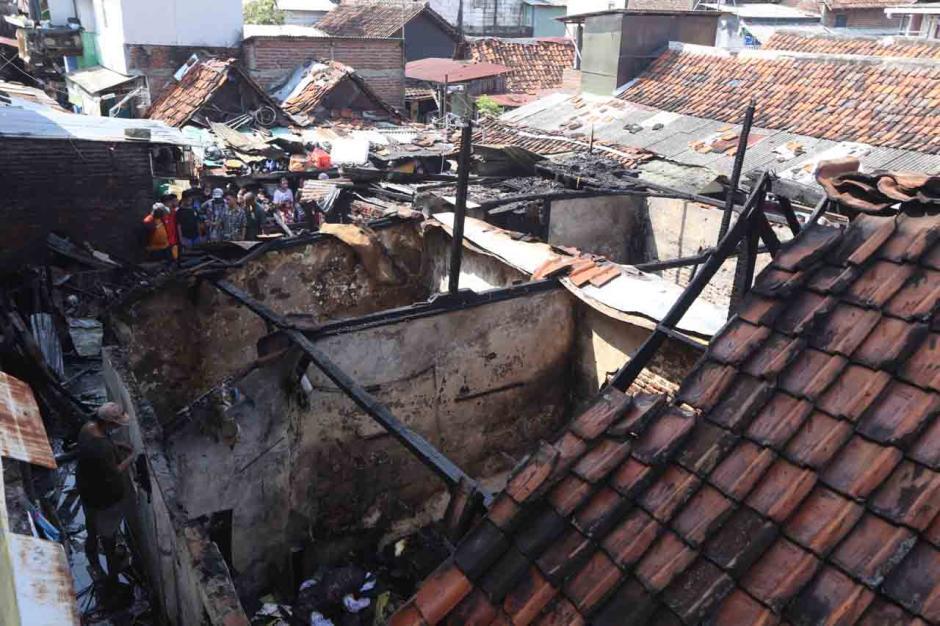 Dilalap Api, Belasan Rumah Petak Surabaya Hangus-3