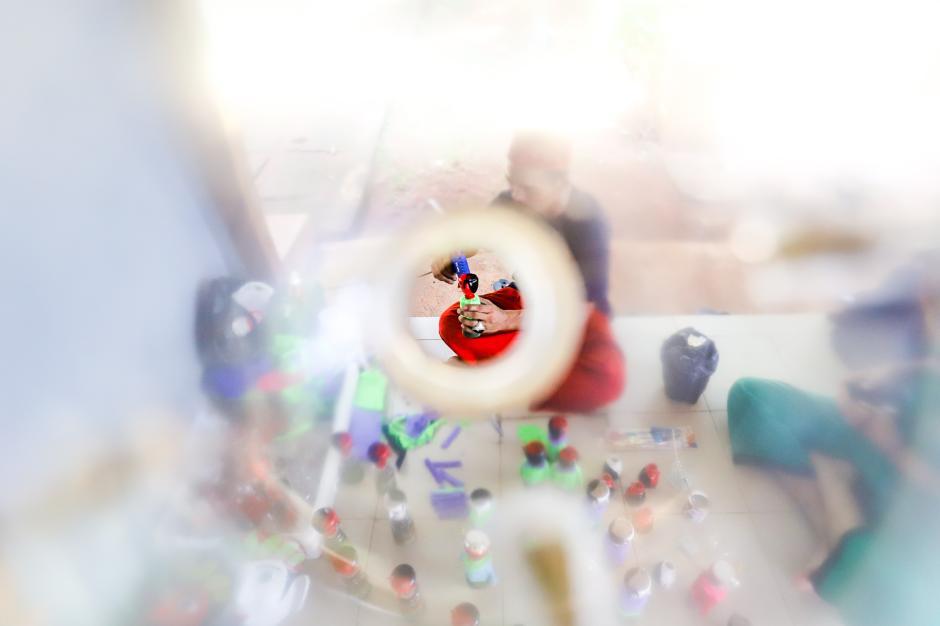 Kerajinan Ondel-ondel dari Limbah Botol Plastik-3