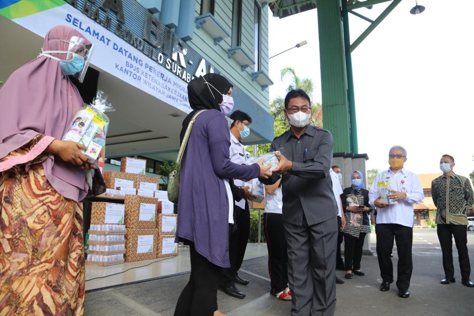 BPJamsostek Serahkan Bantuan Untuk Pekerja Migran Indonesia-1
