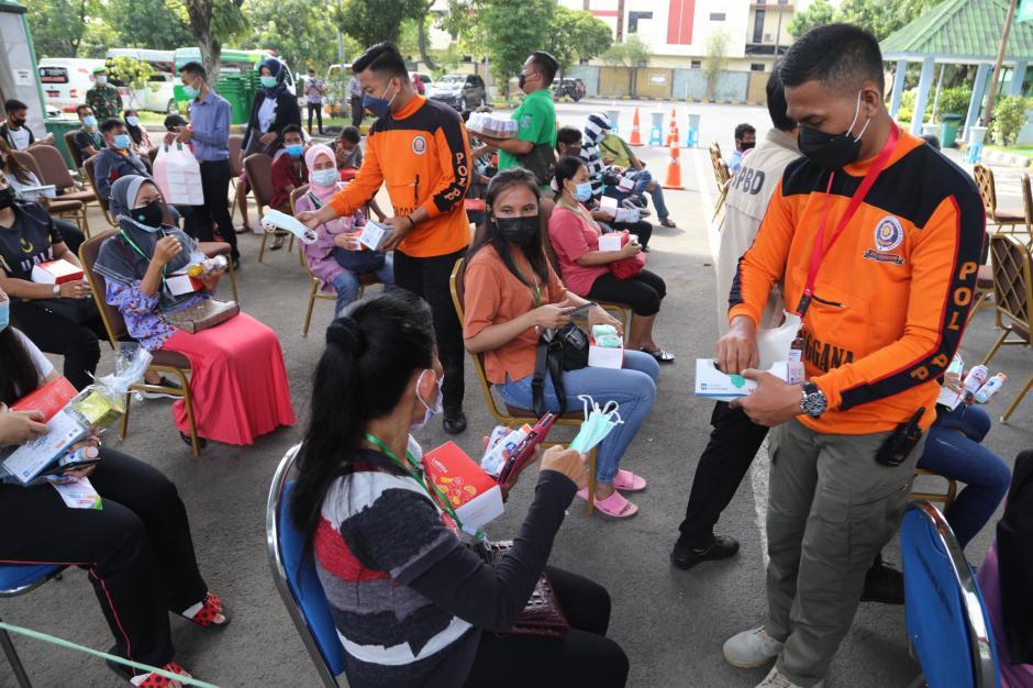 BPJamsostek Serahkan Bantuan Untuk Pekerja Migran Indonesia-4