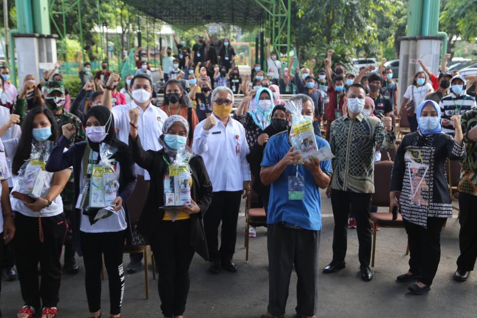 BPJamsostek Serahkan Bantuan Untuk Pekerja Migran Indonesia-3