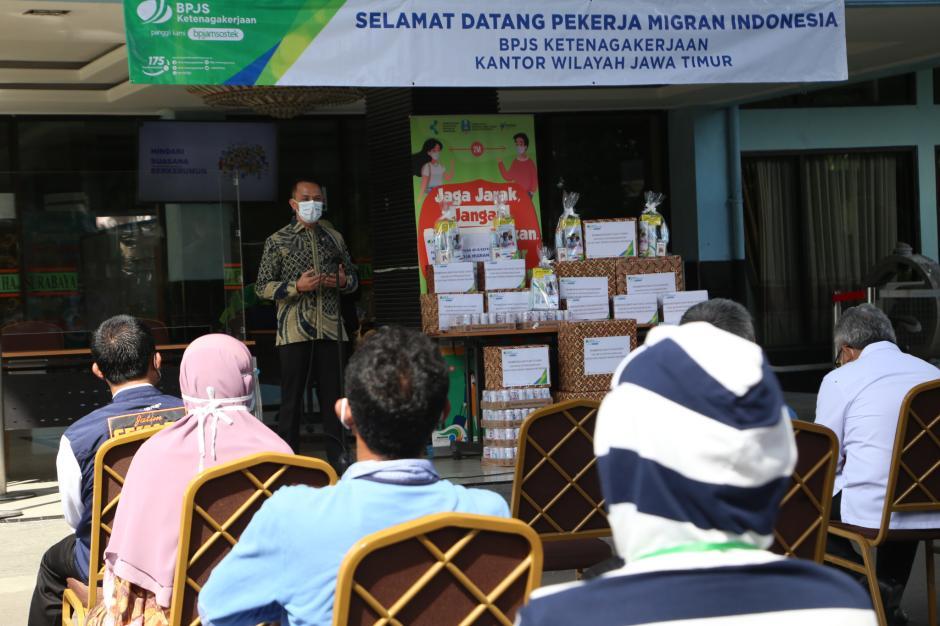 BPJamsostek Serahkan Bantuan Untuk Pekerja Migran Indonesia-2