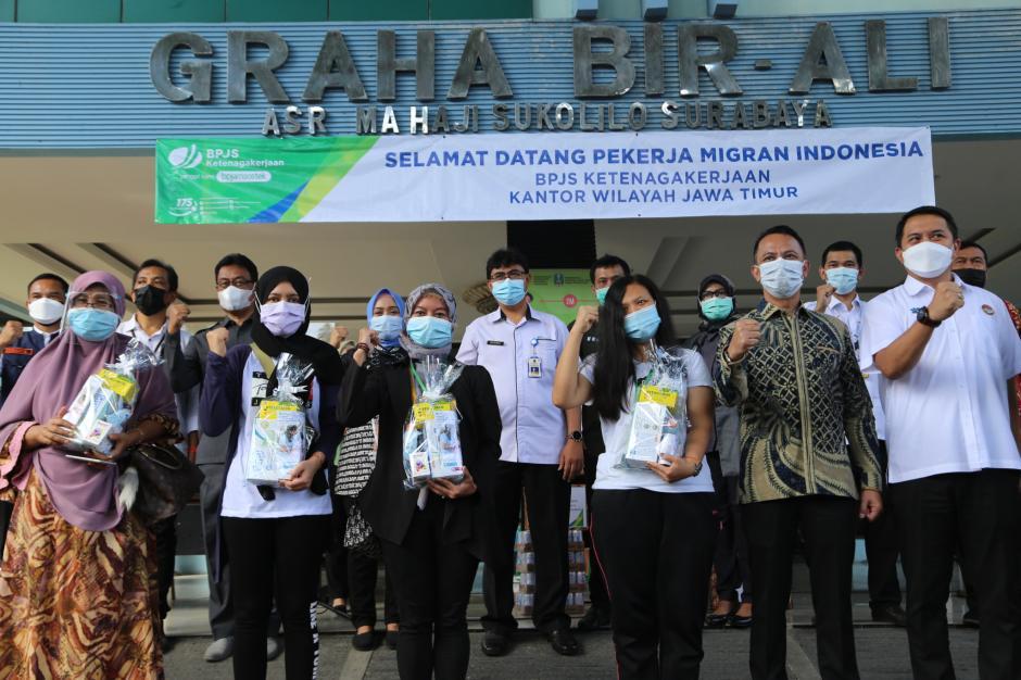 BPJamsostek Serahkan Bantuan Untuk Pekerja Migran Indonesia-0