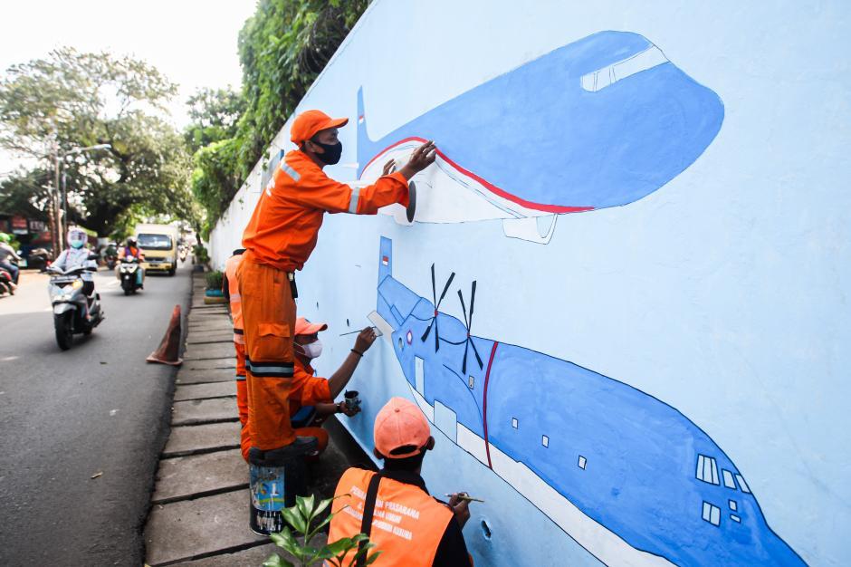Sambut HUT DKI, Petugas PPSU Percantik Tembok dengan Mural Imbauan Prokes-1