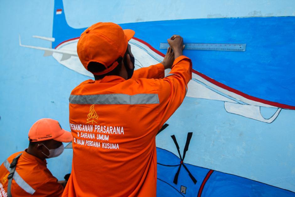 Sambut HUT DKI, Petugas PPSU Percantik Tembok dengan Mural Imbauan Prokes-3