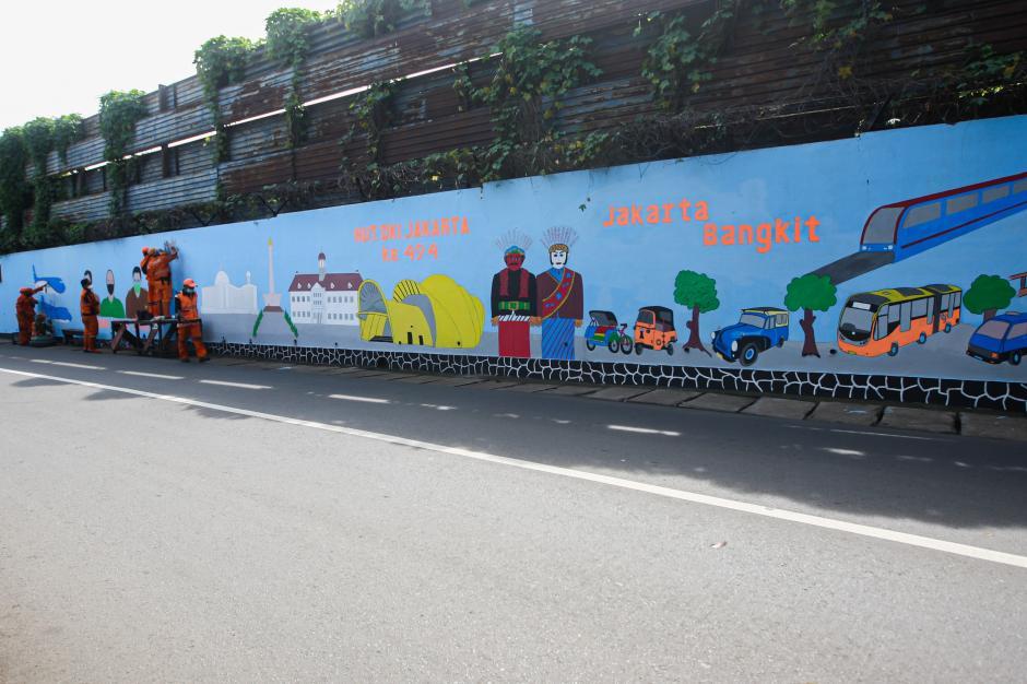 Sambut HUT DKI, Petugas PPSU Percantik Tembok dengan Mural Imbauan Prokes-2