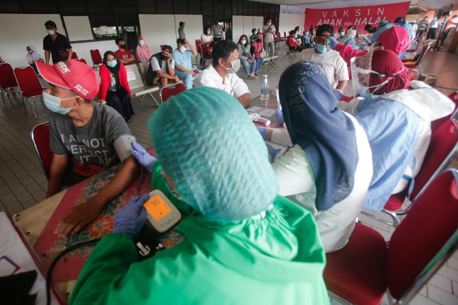 Antusias Warga Ikuti Vaksinasi Covid-19 di Terminal Kampung Rambutan-0