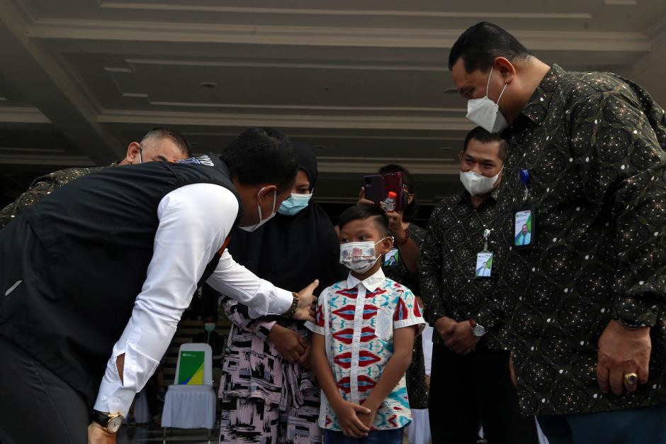 BPJamsostek Serahkan Ratusan Ribu Masker dan Multivitamin ke Pemkot Surabaya-2