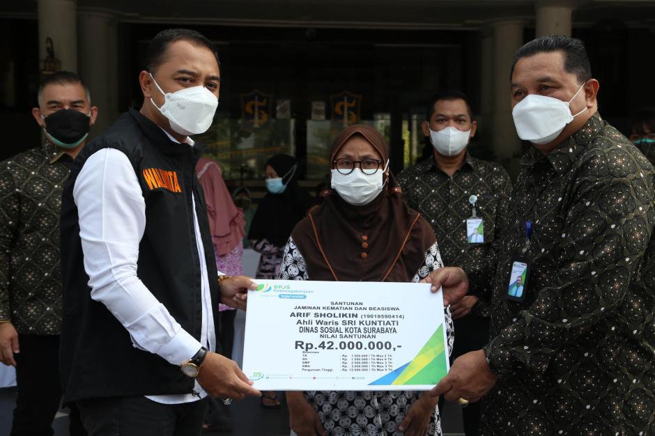 BPJamsostek Serahkan Ratusan Ribu Masker dan Multivitamin ke Pemkot Surabaya-1