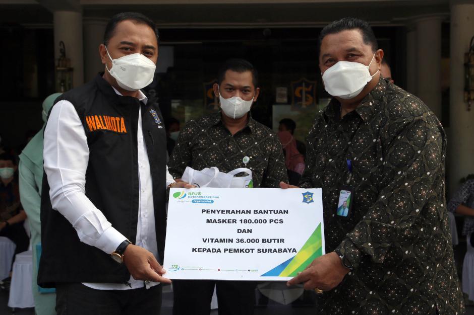 BPJamsostek Serahkan Ratusan Ribu Masker dan Multivitamin ke Pemkot Surabaya-6