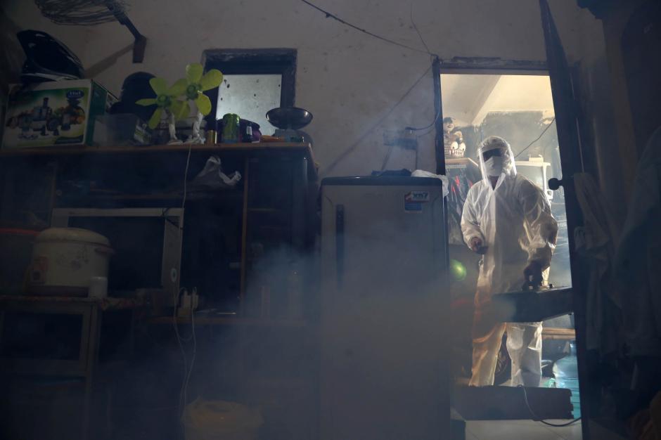 Klaster Covid-19 Keluarga di Surabaya Meningkat, Jurnalis Ini Berikan Layanan Fogging Disinfektan Gratis-5