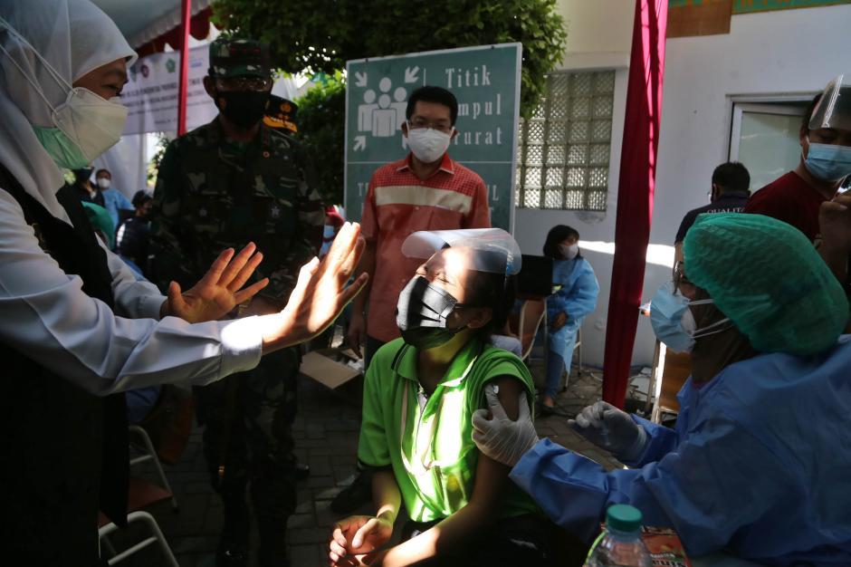 Aksi Lucu Buruh, Pegang Erat Tongkat Komando Kapolda Jatim Saat Disuntik Vaksin Covid-19-1