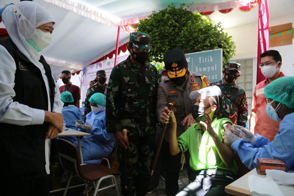 Aksi Lucu Buruh, Pegang Erat Tongkat Komando Kapolda Jatim Saat Disuntik Vaksin Covid-19-4