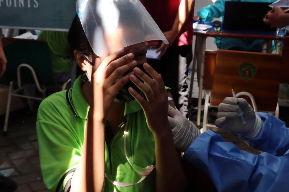 Aksi Lucu Buruh, Pegang Erat Tongkat Komando Kapolda Jatim Saat Disuntik Vaksin Covid-19-2