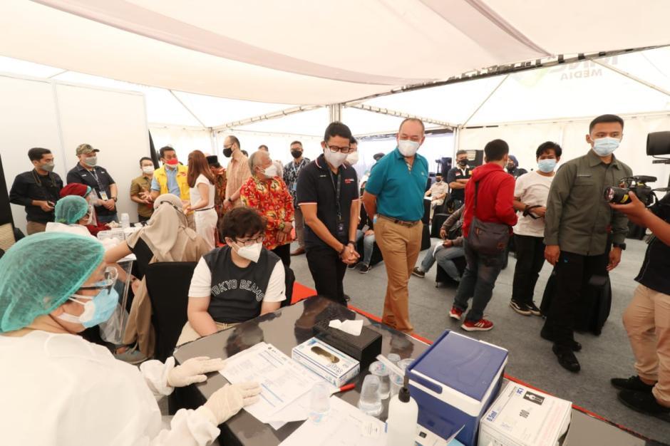 Menparekraf Sandiaga Uno Tinjau Sentra Vaksin COVID-19 di MNC Studio Kebon Jeruk-1