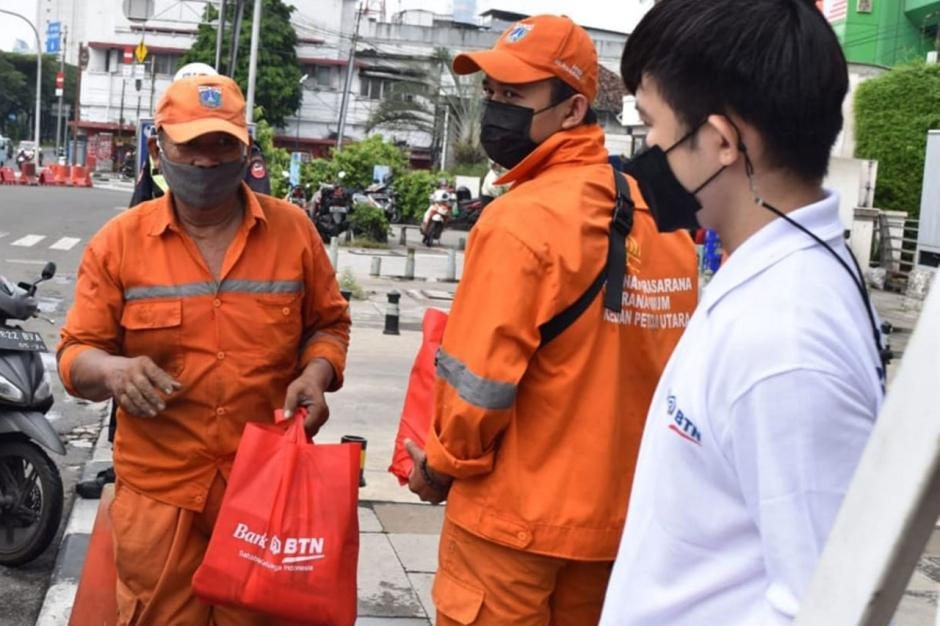 Bank BTN Bagikan Sembako Kepada Warga Terdampak Pandemi-2
