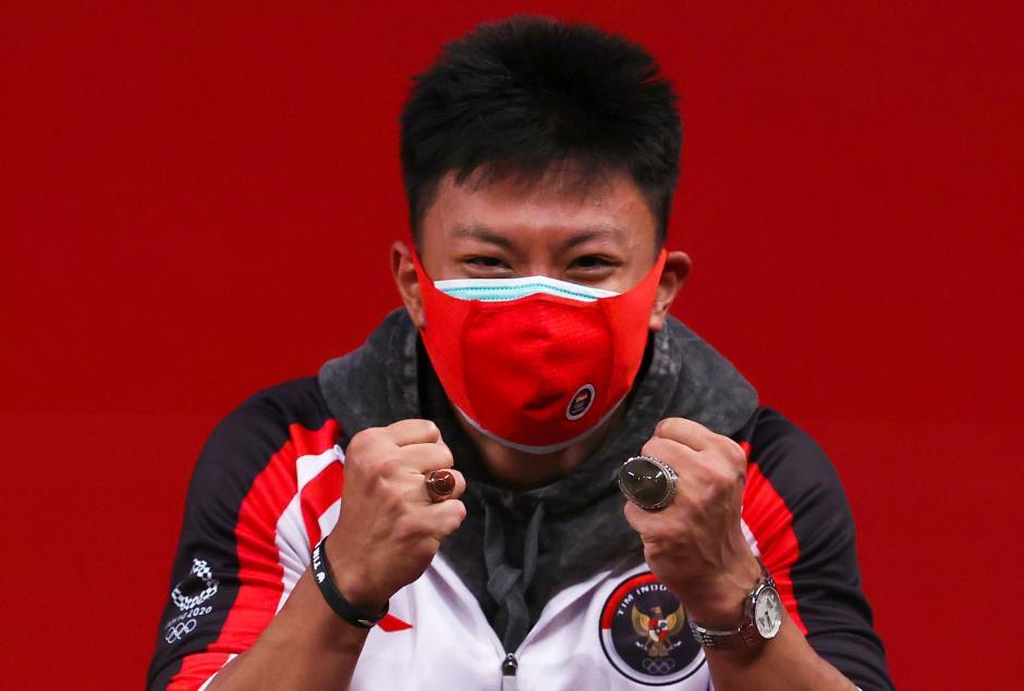 Raih Perunggu, Lifter Rahmat Erwin Abdullah Pamer Batu Cincin Saat Seremoni Medali-0