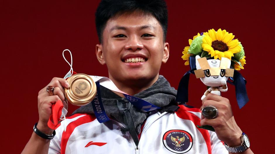 Raih Perunggu, Lifter Rahmat Erwin Abdullah Pamer Batu Cincin Saat Seremoni Medali-6