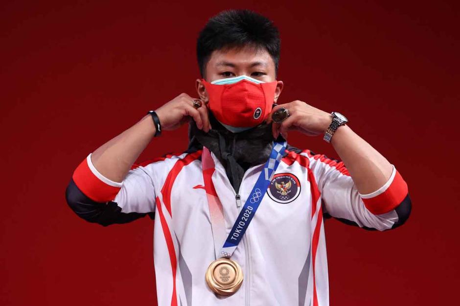 Raih Perunggu, Lifter Rahmat Erwin Abdullah Pamer Batu Cincin Saat Seremoni Medali-1