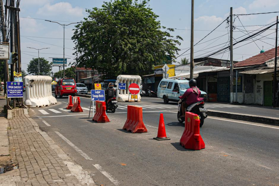 Tanpa Penjagaan, Pengendara Terobos Pos Penyekatan Jalan Raya Bogor-2