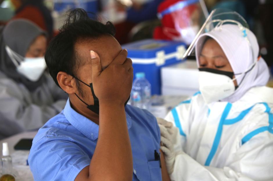 Ada Vaksin Gratis, Warga Surabaya Serbu Lapangan Thor-2