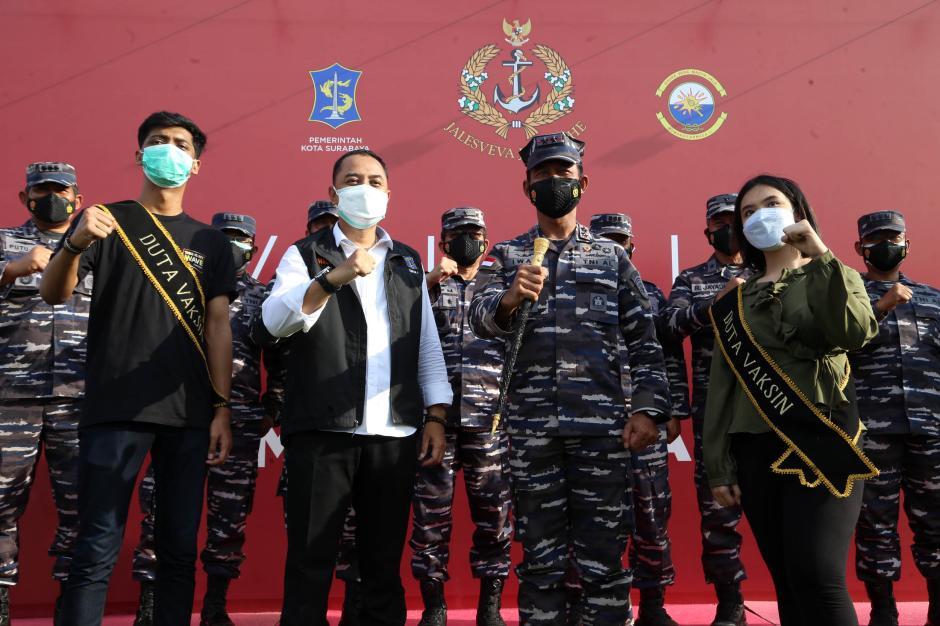 Momen Panglima Koarmada II Beri Semangat Para Nakes Saat Serbuan Vaksin di Surabaya-6