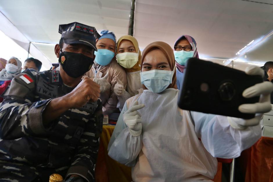 Momen Panglima Koarmada II Beri Semangat Para Nakes Saat Serbuan Vaksin di Surabaya-0