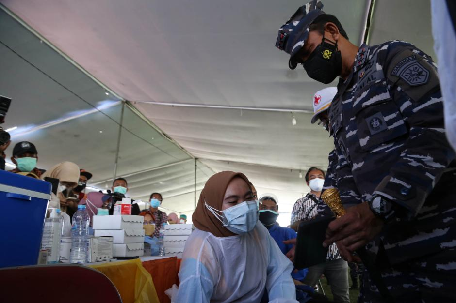 Momen Panglima Koarmada II Beri Semangat Para Nakes Saat Serbuan Vaksin di Surabaya-2