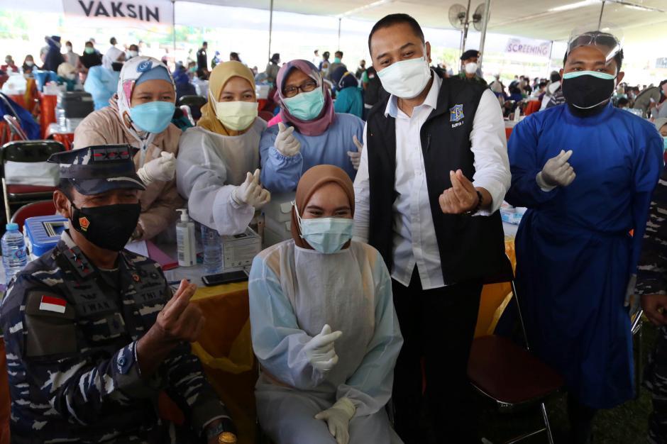 Momen Panglima Koarmada II Beri Semangat Para Nakes Saat Serbuan Vaksin di Surabaya-1
