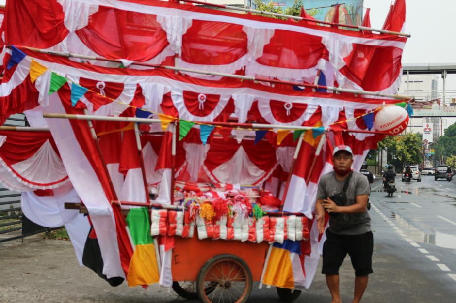 Jelang HUT RI, Pedagang Bendera Mulai Ramai di Jakarta-3