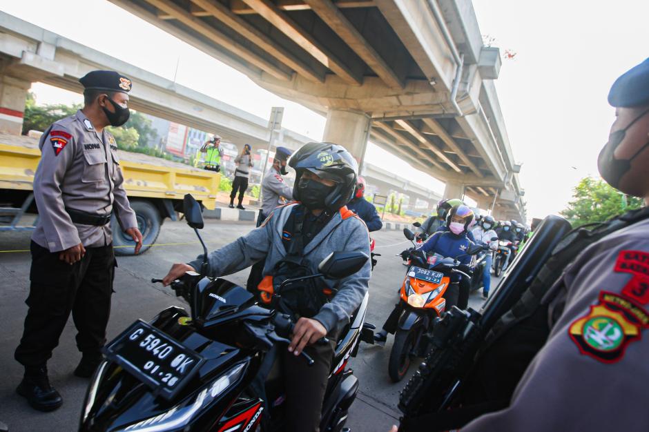 Hari Terakhir PPKM Level 4, Mobilitas Kendaraan di Penyekatan Kalimalang Mulai Meningkat-0