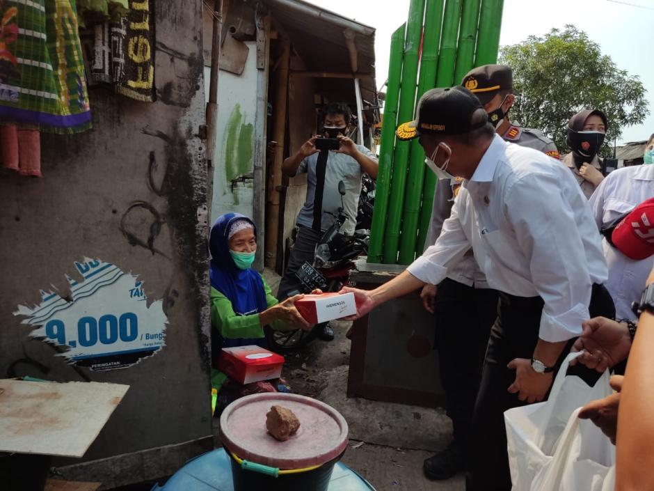 Sidak Distribusi Bansos, Menko PMK RI Apresiasi Kapolres Pelabuhan Tanjung Priok dan Jajaran-4