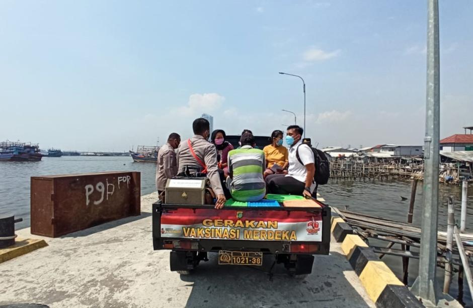 Sukseskan Vaksinasi Merdeka, Warga Pesisir Dijemput Polisi Polres Pelabuhan Tanjung Priok-3