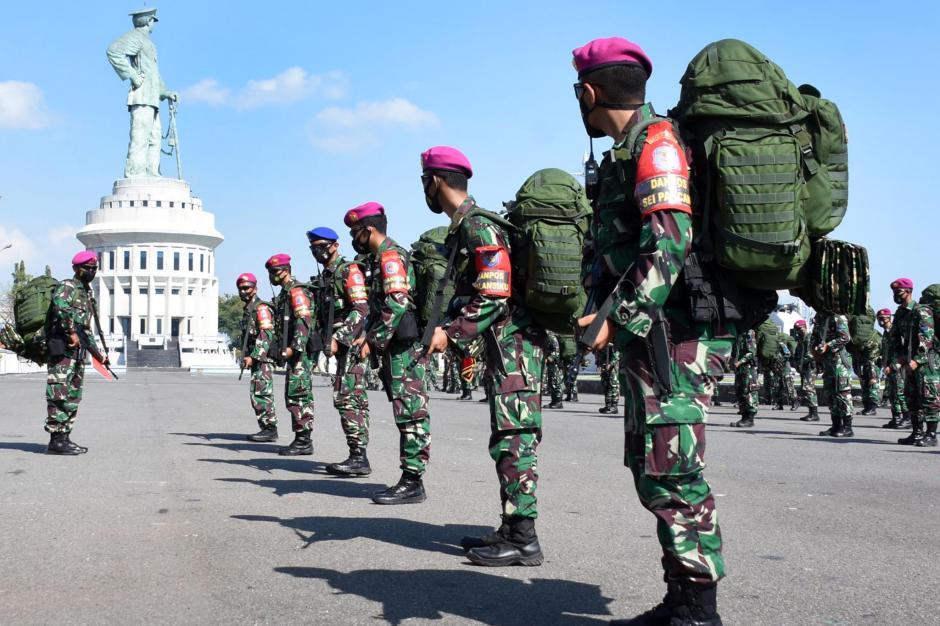 Tinggalkan Keluarga Demi Tugas Negara, Prajurit Marinir Kecup Kening Istri Sebelum Berangkat ke Ambalat-3