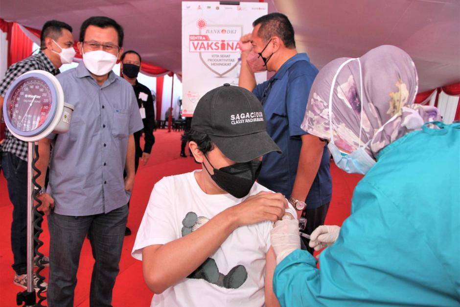 Ratusan Warga Ikuti Vaksinasi Tahap Kedua di Sentra Vaksinasi Bank DKI-3