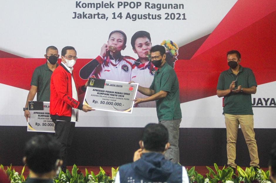 Anies Serahkan Hadiah Rumah Senilai Rp3,3 Miliar dan Uang Tunai Rp800 Juta untuk Greysia/Apriyani-1