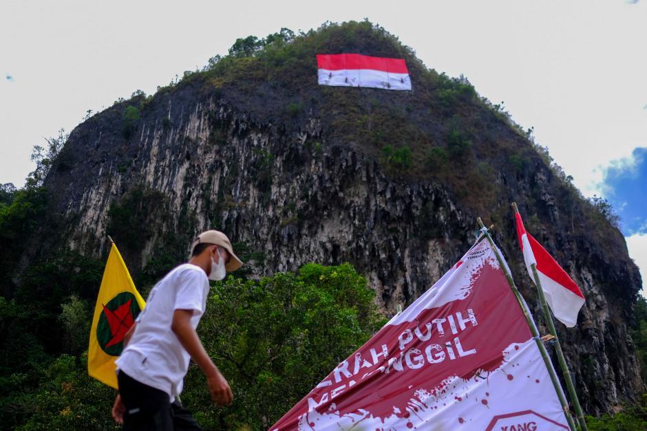 Mapala 45 Makassar Bentangkan Bendera Merah Putih Raksasa di Tebing Leang-Leang-4