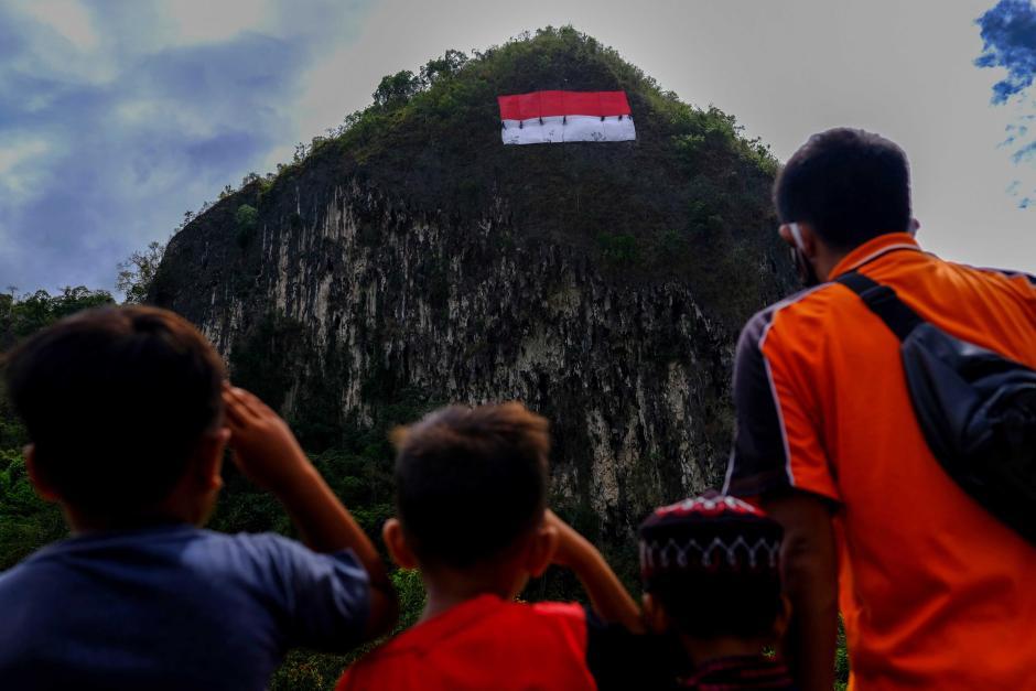 Mapala 45 Makassar Bentangkan Bendera Merah Putih Raksasa di Tebing Leang-Leang-1