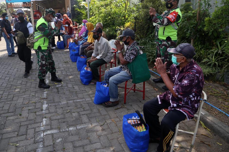 Terdampak PPKM Level 4, Warga Surabaya Dapat Sembako-2