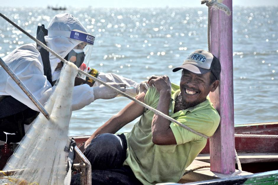 Hingga Tengah Laut, Marinir Suntikkan Vaksin Pada Nelayan Saat Cari Ikan-2