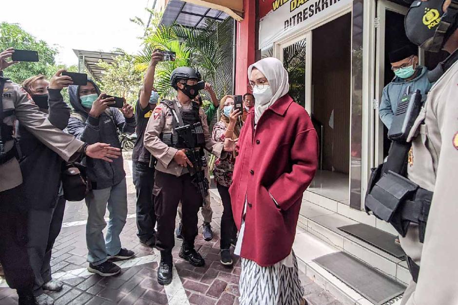 Ini Dia Penampilan Bupati Cantik Probolinggo Puput Tantriana Sari Yang Terjaring OTT KPK-1