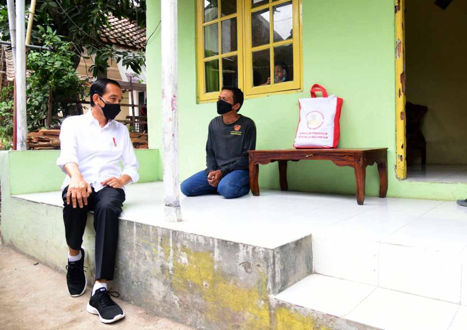 Intip Gaya Selow Jokowi Peringatkan Warga Jaga Prokes di Kampung-kampung-3