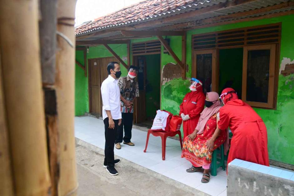 Intip Gaya Selow Jokowi Peringatkan Warga Jaga Prokes di Kampung-kampung-2